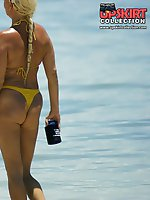 12 pictures - Girls in bikinis expose great butts